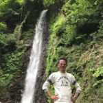 メガネ工房店主と養老の滝の写真