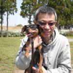 愛犬「ここあ」とメガネ工房店主の写真